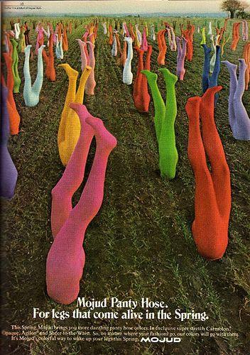 Medias de colores enterradas en el suelo